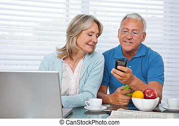 homem, mostrando, telefone, para, seu, esposa