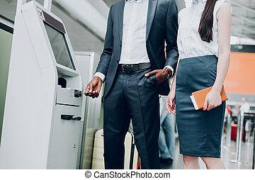 homem mulher, é, usando, caixa, terminal