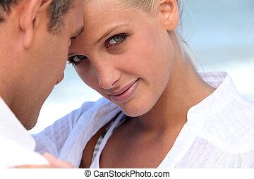 homem mulher, abraçado