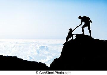 homem mulher, ajuda, silueta, em, montanhas