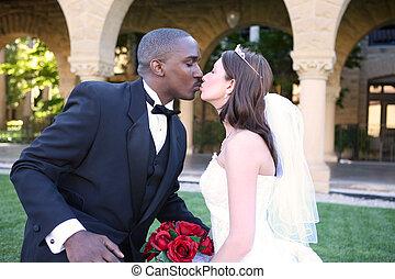 homem mulher, interracial, par casando, beijo