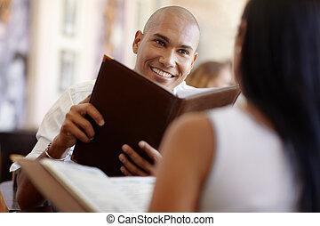 homem mulher, namorando, em, restaurante