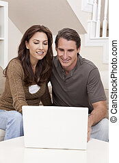 homem, &, mulher, par, usando computador portátil, computador, casa