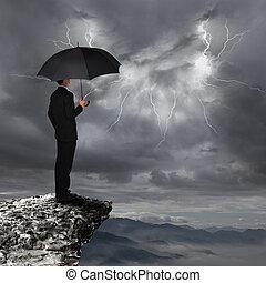 homem negócio, com, guarda-chuva, olhar, chuvada torrencial,...