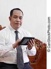 homem negócio, com, tabuleta, computador