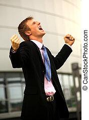 homem negócio, ficar, com, punhos apertaram, em, victory.