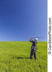 homem negócio, homem negócios, golfe jogando, em, campo verde