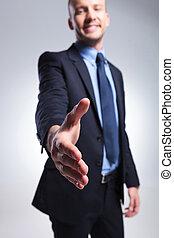 homem negócio, oferece, aperto mão