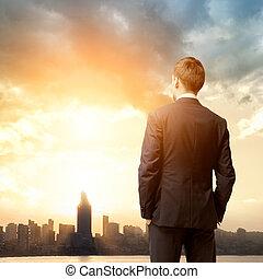 homem negócio, olhar, amanhecer, cidade