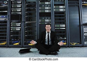 homem negócio, prática, ioga, em, usuário rede, sala