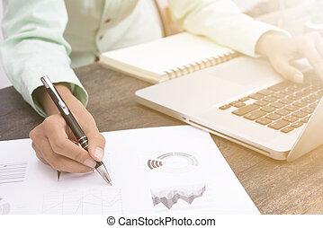 homem negócio, trabalhando, aproximadamente, negócio, investimento, relatório, escrivaninha, escritório.