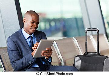 homem negócios, aeroporto, computador, tabuleta, usando