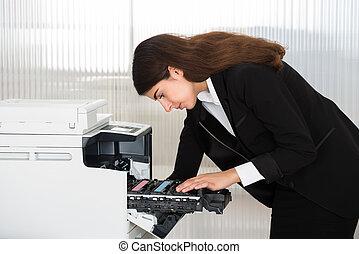 homem negócios, afixando, cartucho, em, máquina photocopy,...