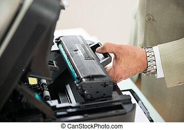 homem negócios, afixando, cartucho, em, máquina photocopy