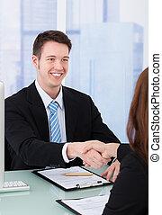 homem negócios, agitação, femininas, candidato, mão