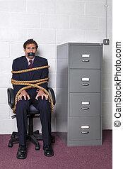 homem negócios, amarrado, em, escritório