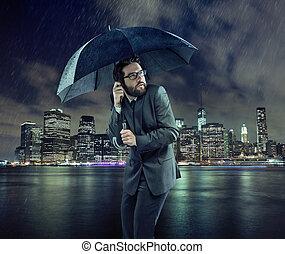 homem negócios, amedrontado, chuva
