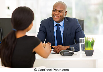 homem negócios, americano, cliente, handshaking, africano