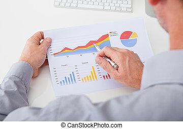 homem negócios, analisando, gráfico