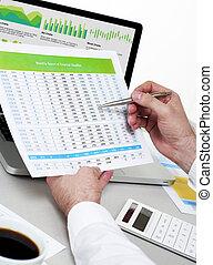 homem negócios, analisar, financeiro, dados