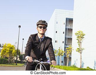 homem negócios, ande uma bicicleta, para, local trabalho, para, protegendo, meio ambiente