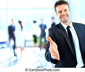 homem negócios, aperto mão, oferecendo