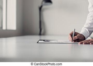 homem negócios, assinando documento