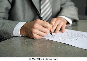 homem negócios, assinando, importante, documento