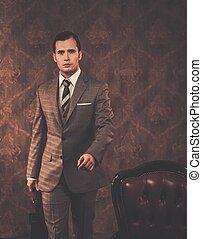 homem negócios, bem-vestido, pasta