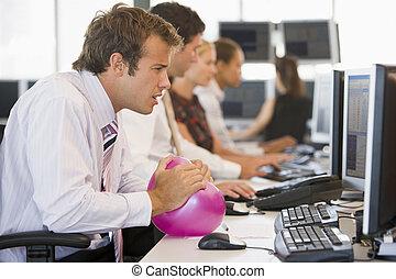 homem negócios, bola, espaço escritório