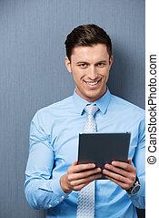 homem negócios, bonito, jovem, segurando, tablet-pc