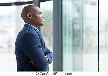 homem negócios, braços cruzados, africano