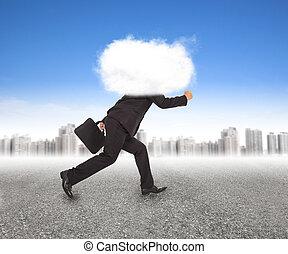 homem negócios, cabeça, nuvens, executando, ao ar livre
