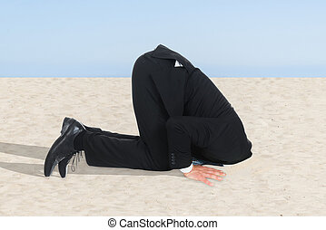 homem negócios, cabeça, seu, areia, escondendo