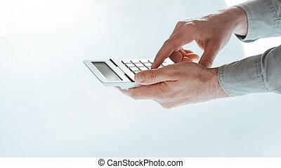 homem negócios, calculadora, usando