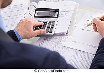 homem negócios, calculando
