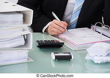 homem negócios, calculando, fatura