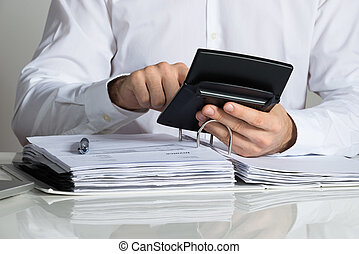 homem negócios, calculando, fatura, escrivaninha