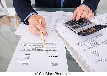 homem negócios, calculando, faturas