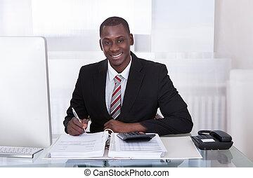 homem negócios, calculando, finanças