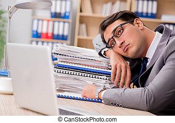 homem negócios, cansadas, escritório, sentando