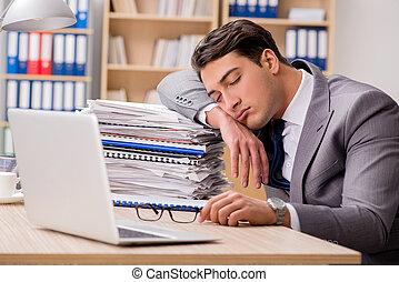 homem negócios, cansadas, sentando, em, escritório