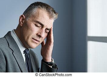 homem negócios, cansado, dor de cabeça