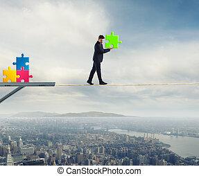 homem negócios, carrega, um, pedaço, de, quebra-cabeça, enquanto, ele, andar, ligado, um, rope., conceito, de, parte faltante