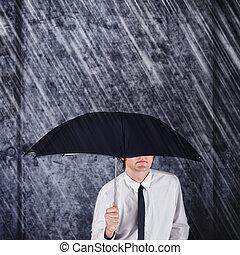 homem negócios, com, guarda-chuva preto, protegendo, de, chuva
