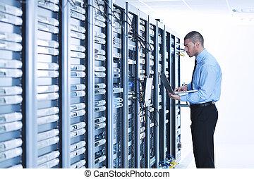 homem negócios, com, laptop, em, usuário rede, sala