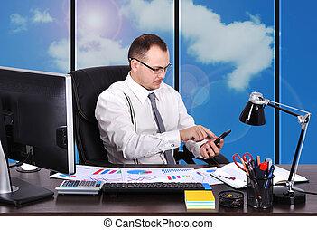homem negócios, com, telefone