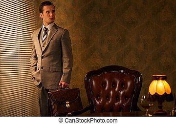 homem negócios, com, um, pasta, em, retro, interior