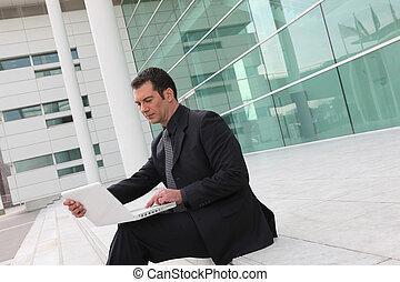 homem negócios, computador, escadas, sentando