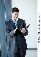 homem negócios, computador, jovem, tabuleta, usando